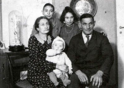 Helmut Sonny Sonneberg (1945) is as a child with his parents and sisters. That was the day before deportation)