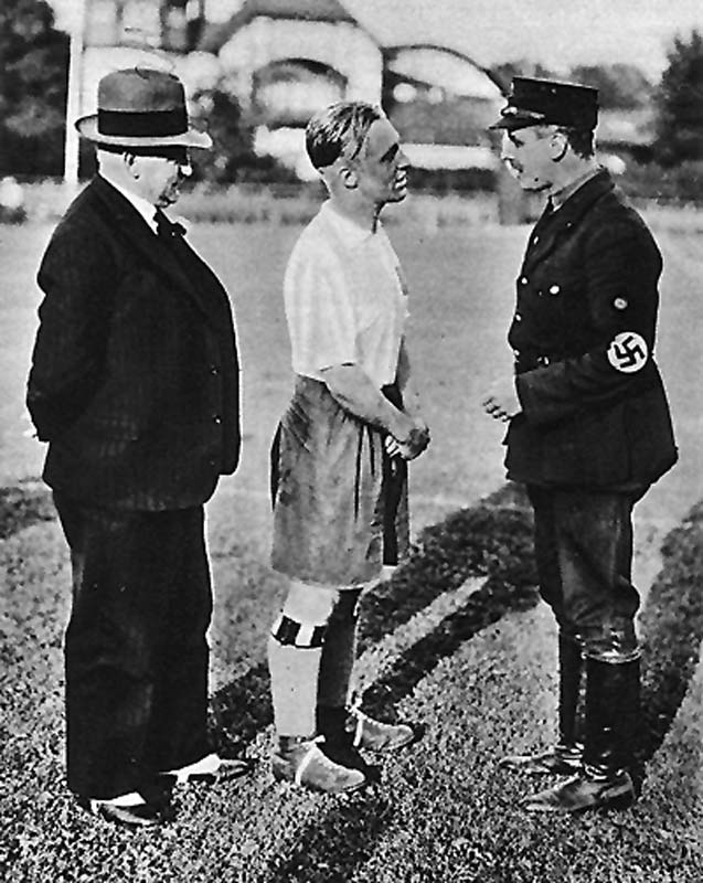 HSV President Emil Martens, Asbjørn Halvorsen and the Hamburg official Gaues Nordmark, Arthur Egon Schmidt (from left) 1933 (Copyright HSV archive)