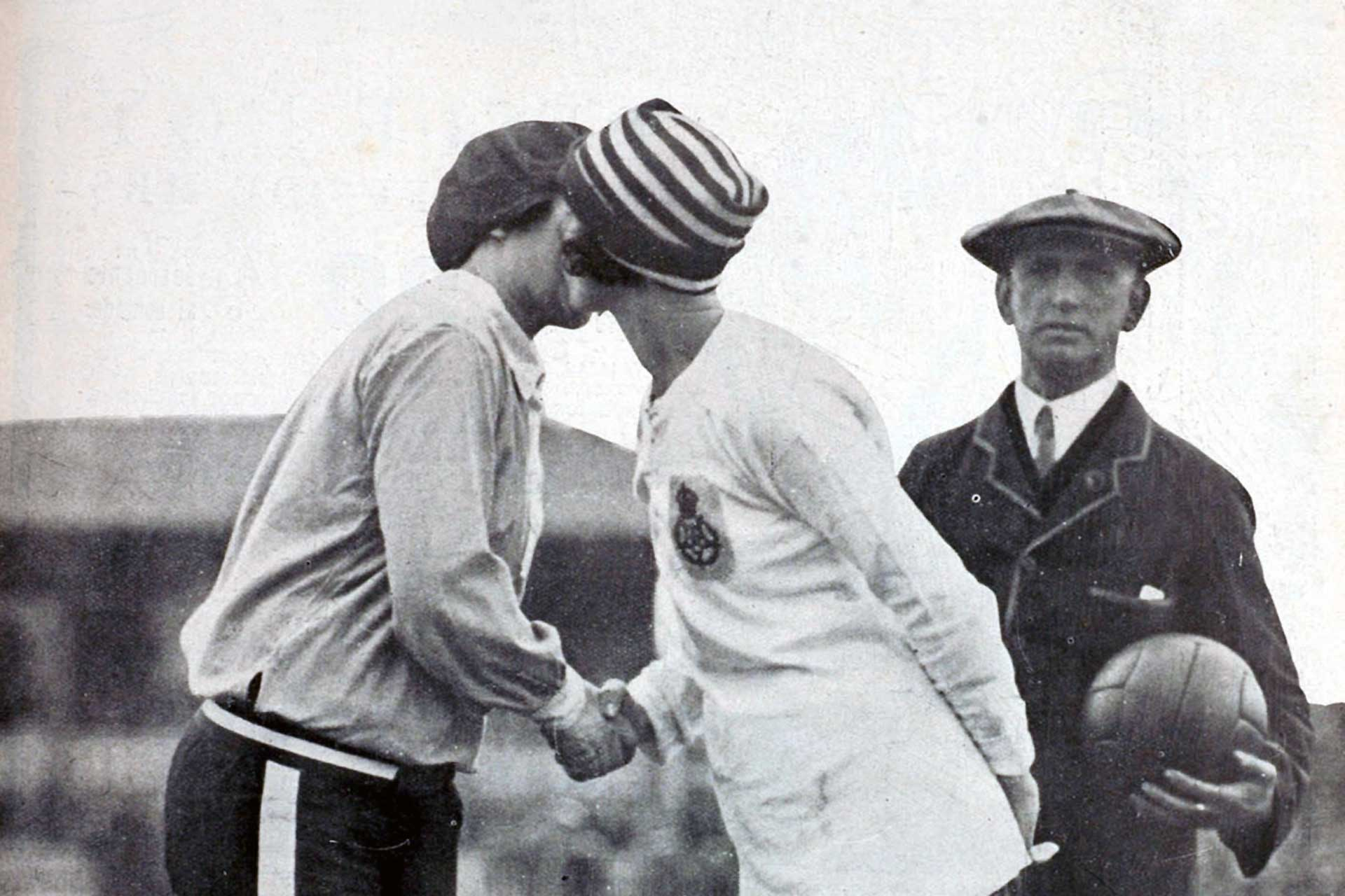 La Mujer el Football (Women and Football). Florrie Redford of Dick, Kerr's Ladies greets Carmen Pomies, captain of France, 1925 (Photo: Wikimedia Commons)