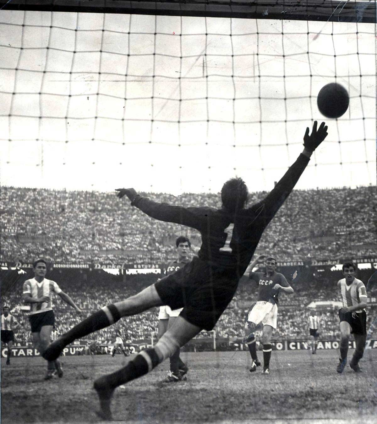 The 'Black Octopus' saves his side again: Lev Yashin in action, USSR v Argentina, Buenos Aires 1961 (Photo: Wikimedia Commons)