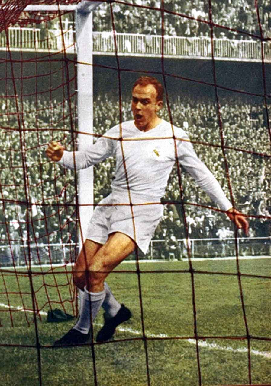 Real Madrid's superstar Alfredo Di Stéfano scoring a goal, August 1959 (source: El Gráfico N° 2083)