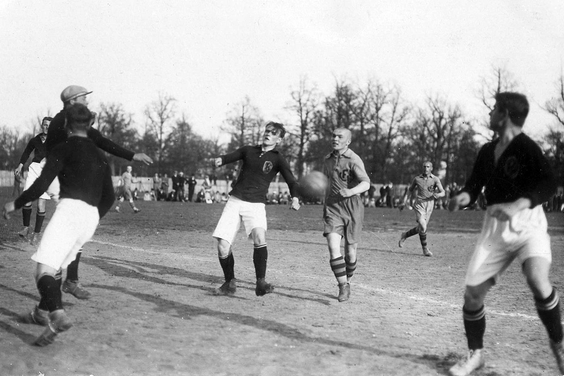 Marcinkus rushing to the ball, 18th of May 1928 (Photo: Svetys)