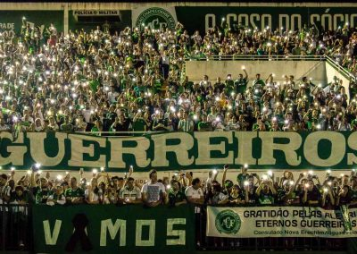 Fans mourn the victims at Arena Condá (Source: Wikicommons).