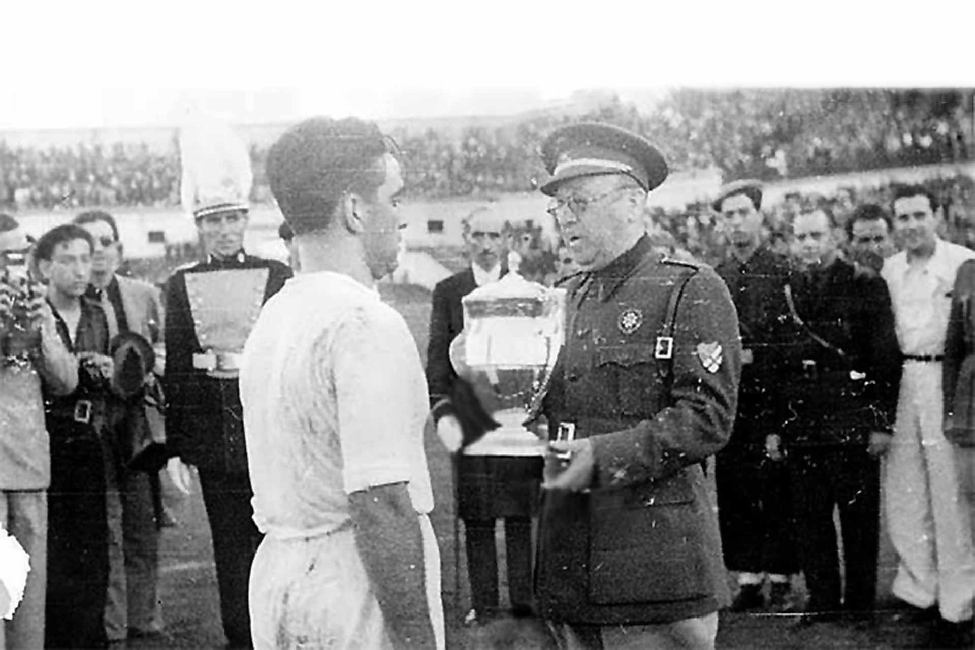 General Moscardó hands over the Copa del Generalísimo, 1939 (Photo: Joseph Brangulí / ABC de Sevilla)
