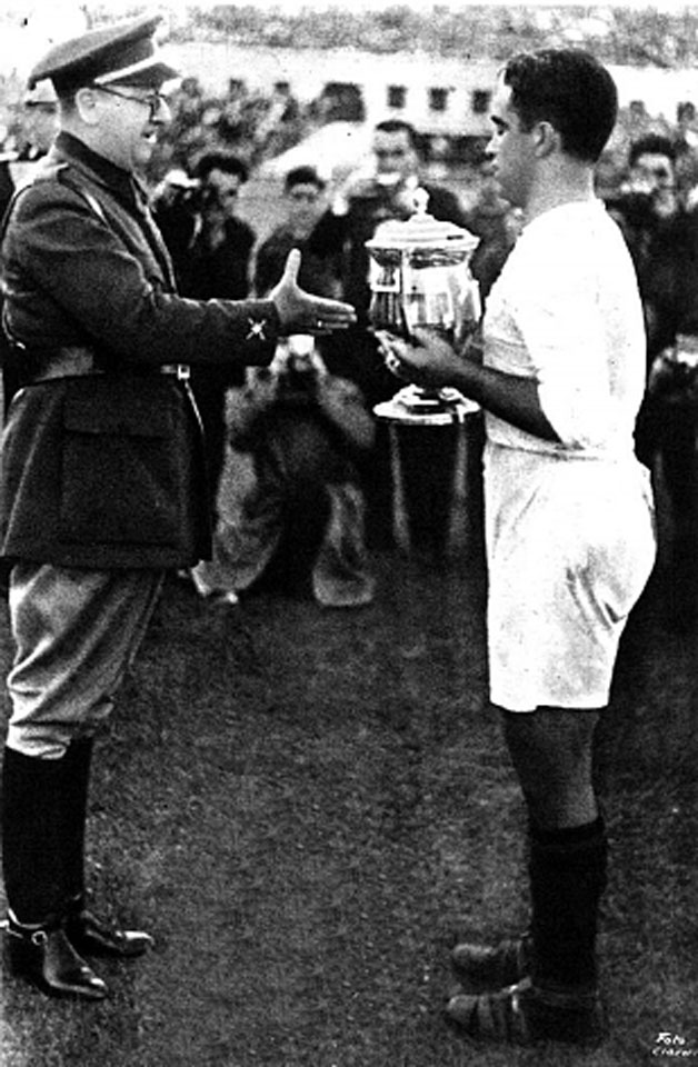 General Moscardó hands over the Copa del Generalísimo, 1939 (Source: Sevilla FC Archive)