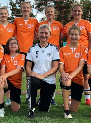 Former national player and European champion Petra Landers visits the Würzburg Dragons, the junior football team of the Würzburg sports club (Photo: Heinz Reinders, Wikimedia Commons)